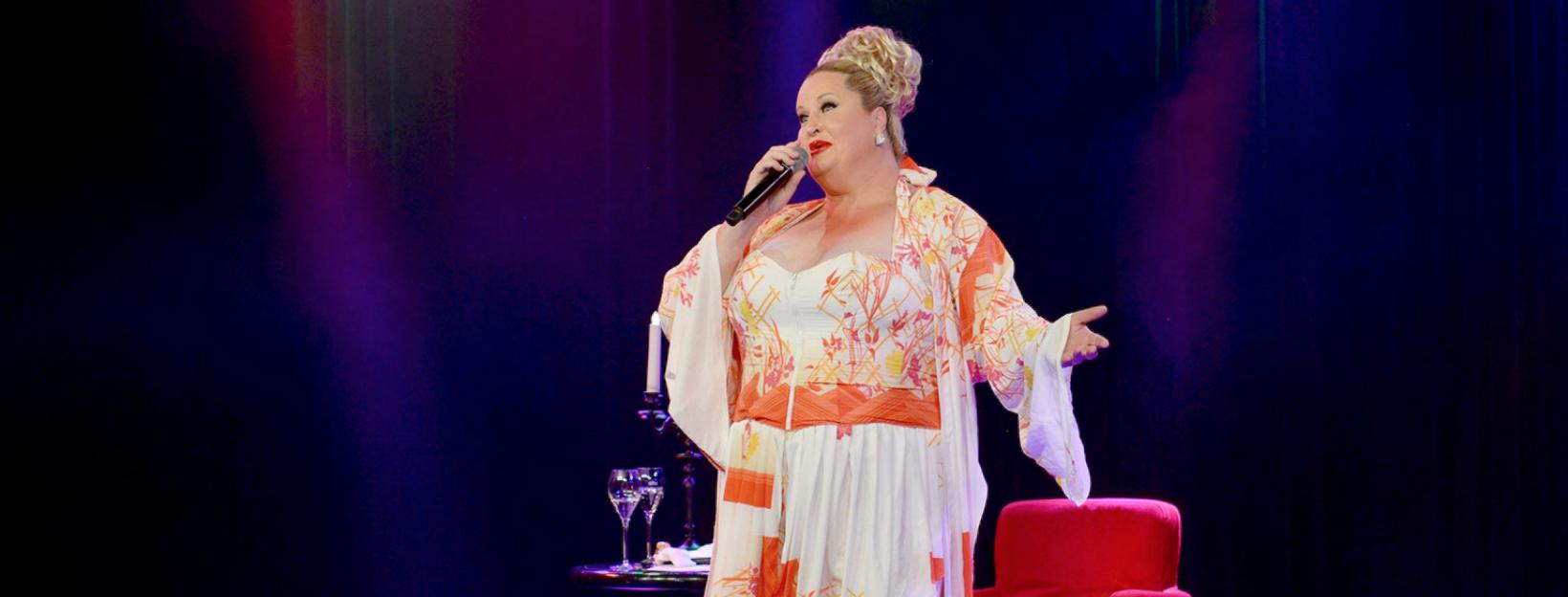 Daphne de Luxe bei einem Comedy-Auftritt